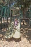 Kleines Mädchen, das auf einem Dia spielt Lizenzfreie Stockbilder