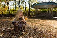 Kleines Mädchen, das auf einem Picknickstandort spielt Stockfotos