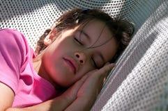 Kleines Mädchen, das auf einer Hängematte schläft stockfotografie