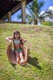 Kleines Mädchen, das auf Gras schiebt Lizenzfreie Stockfotos