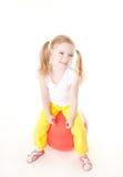 Kleines Mädchen, das auf gymnastische Kugel springt Stockfotografie