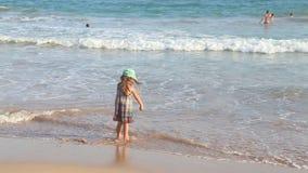 Kleines Mädchen, das auf Strand in Mirissa in Sri Lanka sitzt stock video footage