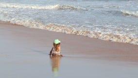 Kleines Mädchen, das auf Strand in Mirissa in Sri Lanka sitzt stock footage