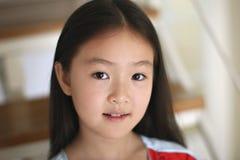 kleines Mädchen, das auf Treppen sitzt Stockfotos