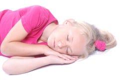 Kleines Mädchen, das auf Weiß schläft Stockfotos