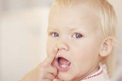Kleines Mädchen, das auf Wekzeugspritze zeigt Stockfotografie