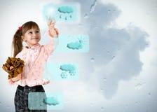 Kleines Mädchen, das auf Wettertaste drückt stockfotografie