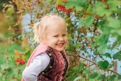 Kleines Mädchen, das am Baum lächelt Stockfoto