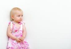 Kleines Mädchen, das in der Ecke steht Lizenzfreie Stockfotos