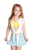 Kleines Mädchen, das blauen Rock trägt Stockfotografie