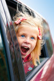 Kleines Mädchen, das Blicke des Autos bewundert Lizenzfreie Stockbilder