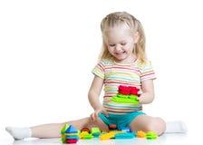 Kleines Mädchen, das Blockspielwaren spielt Lizenzfreies Stockfoto