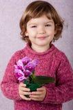 Kleines Mädchen, das Blumen anhält Stockfoto