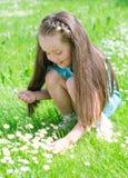 Kleines Mädchen, das Blumen erfasst Lizenzfreie Stockbilder