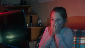 Kleines Mädchen, das am Computerschrecken sitzt stock video footage