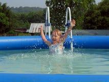 Kleines Mädchen, das in das Pool springt Lizenzfreie Stockfotos