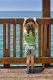 Kleines Mädchen, das in dem Meer anstarrt Lizenzfreie Stockfotos