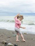 Kleines Mädchen, das in dem Meer spielt lizenzfreie stockfotografie