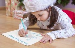 Kleines Mädchen, das den Buchstaben drei weiser Männer vorbereitet Lizenzfreie Stockfotos