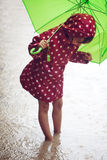 Kleines Mädchen, das in den Regen geht Lizenzfreie Stockbilder