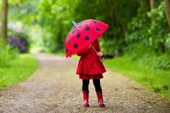 Kleines Mädchen, das in den Regen geht Lizenzfreie Stockfotografie