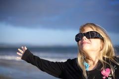 Kleines Mädchen, das in den Sonnenbrillen kühl schaut Stockbild
