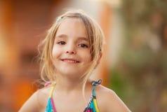 Glückliches Mädchenspielen Stockfoto
