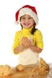 Kleines Mädchen, das den Weihnachtskuchen kocht Lizenzfreies Stockfoto