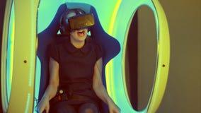 Kleines Mädchen, das in der Anziehungskraft der virtuellen Realität sitzt und furchtsam sich fühlt Stockfoto