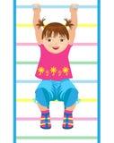 Kleines Mädchen, das an der gymnastischen Leiter hängt Stockfotografie