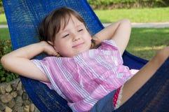 Kleines Mädchen, das in der Hängematte stillsteht Lizenzfreie Stockbilder