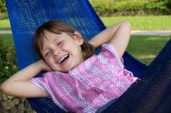 Kleines Mädchen, das in der Hängematte stillsteht Lizenzfreies Stockfoto