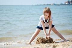 Kleines Mädchen, das an der Küste spielt Lizenzfreie Stockfotografie