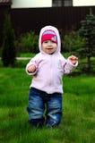Kleines Mädchen, das in der Natur stillsteht stockfoto