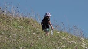 Kleines Mädchen, das in der Natur wandert stock footage