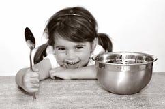 Kleines Mädchen, das die ganze Schokoladencreme beendend gefasst wird Stockfotografie