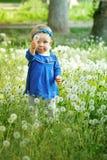 Kleines Mädchen, das draußen geht Lizenzfreie Stockfotos