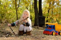 Kleines Mädchen, das draußen im Garten spielt Lizenzfreie Stockfotografie