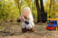 Kleines Mädchen, das draußen im Garten spielt Stockfoto