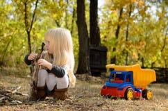 Kleines Mädchen, das draußen im Garten spielt Stockfotografie