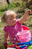 Kleines Mädchen, das draußen spielt Stockfoto