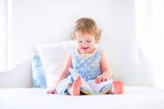 Kleines Mädchen, das ein Buch liest Stockbild