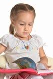 Kleines Mädchen, das ein Buch liest Lizenzfreies Stockbild