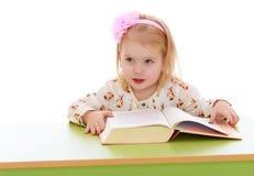 Kleines Mädchen, das ein Buch liest Lizenzfreies Stockfoto