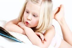 Kleines Mädchen, das ein Buch liest Stockfoto