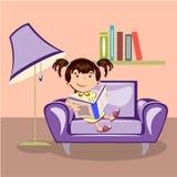 Kleines Mädchen, das ein Buch liest Lizenzfreie Stockfotografie