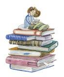 Kleines Mädchen, das ein Buch sitzt auf einem Buchstapel liest Stockbild