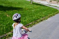Kleines Mädchen, das ein Fahrrad reitet stockfotografie