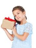Kleines Mädchen, das ein Geschenk anhält Lizenzfreies Stockbild