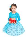 Kleines Mädchen, das ein Geschenk anhält Stockfotos